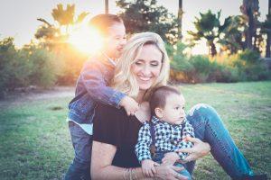 Majka sa decom u parku