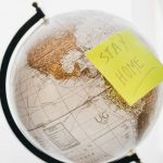 Globus sa znakom Stay safe kao jedno od odgovora na pitanje Kuda na letovanje? - zemlje koje su otvorile granice za naše državljane