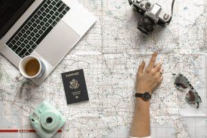 Mapa i devojka koja istražuje